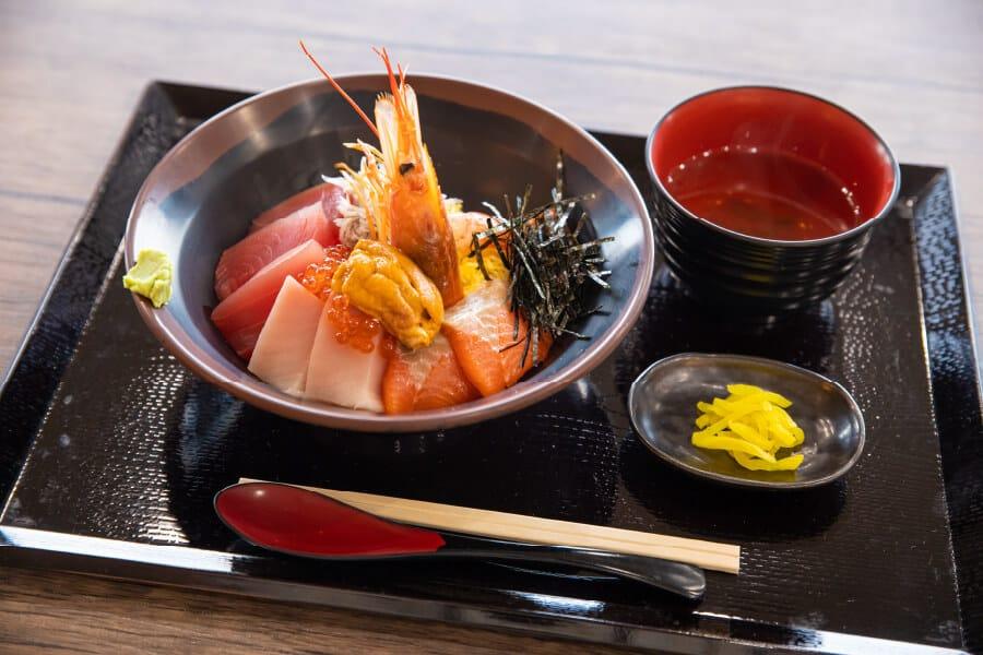 Reisschüssel mit Sashimi