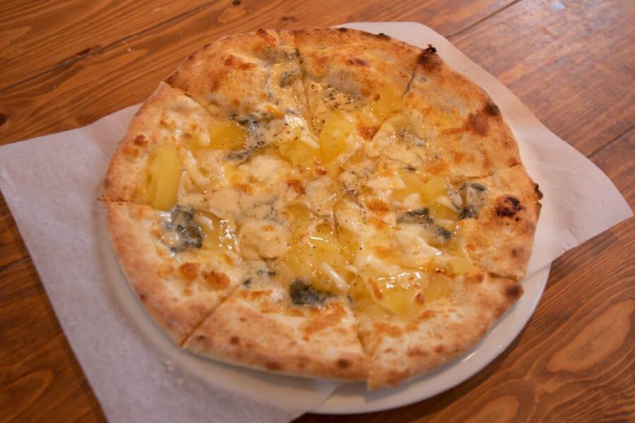 りんごとゴルゴンゾーラのピザ